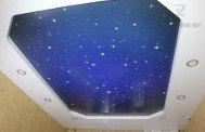 Натяжной потолок звездное небо в гостиной