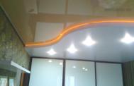 Натяжной потолок с подсветкой в спальне