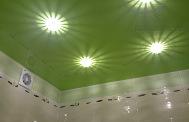 Натяжной потолок глянцевый зеленый в ванной